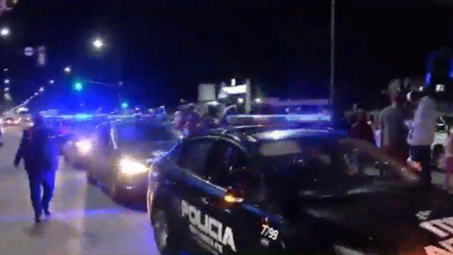 Manifestantes bloquearon por unos minutos la salida de patrulleros de Jefatura