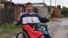 Javier, en su casa de barrio Alvear en el distrito sudoeste de la ciudad, con las camisetas oficiales de los dos clubes de la ciudad que rifarán en Navidad.