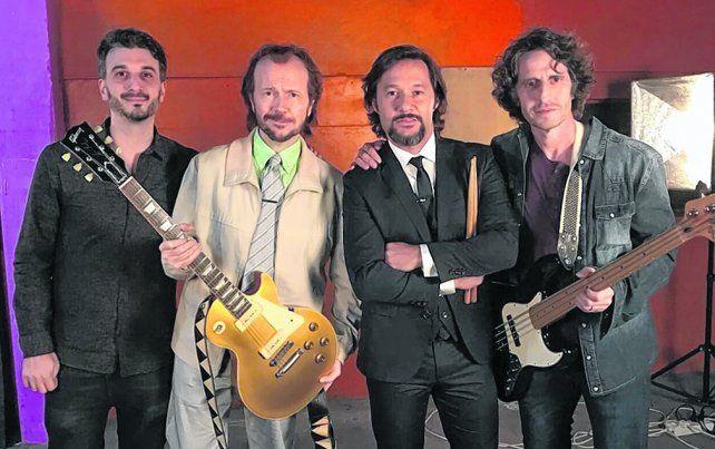 una historia particular. El director Gabriel Nesci junto al trío de actores devenidos en rockeros.