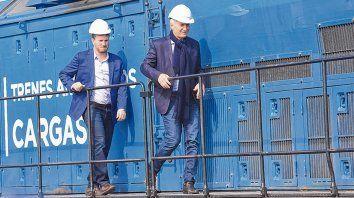 A su manera. Macri llegó al lugar del acto en una locomotora de la empresa y bajó acompañado por Angelini.