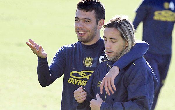 Esperan felices el segundo objetivo. Nery Domínguez abraza a Néstor Bareiro