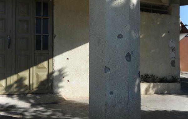 Violencia sin fin. El frente de la vivienda de la esquina de Pavón y Juárez recibió una gran cantidad de proyectiles.