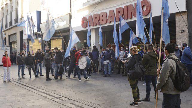 Garbarino sigue con sus puertas cerradas. Los trabajadores esperan respuestas.