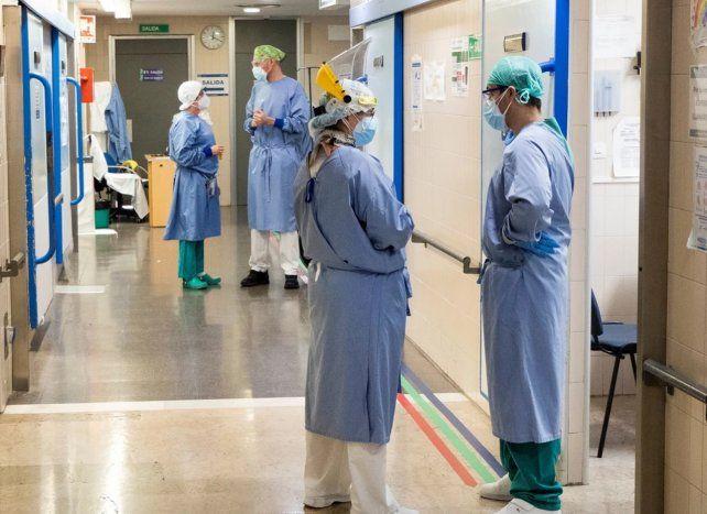 Los profesionales de la salud se ven desbordados por la curva de los contagios.
