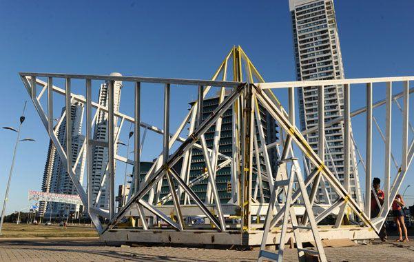 Con memoria portuaria. La impactante estructura de metal de la obra viene ganando espacio día a día.