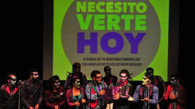 """La murga """"Los vecinos re contentos"""" se sumó en 2014 a la """"Varieté por la identidad"""" que se realizó en el teatro Príncipe de Asturias del Parque España."""