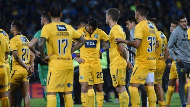 Desazón. Los futbolistas canallas no encuentran consuelo tras la caída por penales frente a Boca