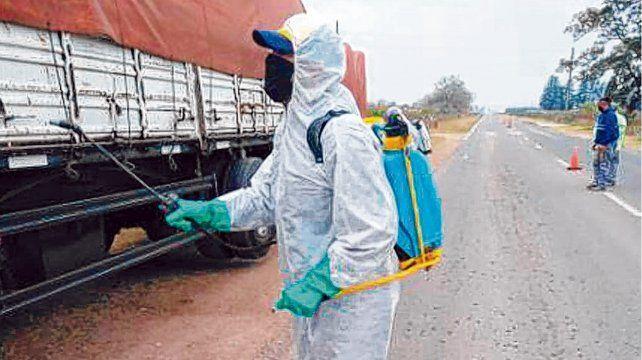 desinfección. Los camiones y las mercaderías deben ser sanitizados. A los choferes se les toma la temperatura.