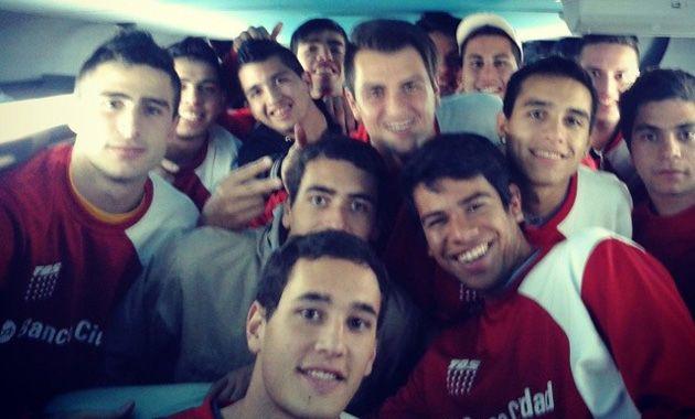 Los juveniles partieron esta mañana camino a Brasil. (Fotos Twitter @brunocerino)