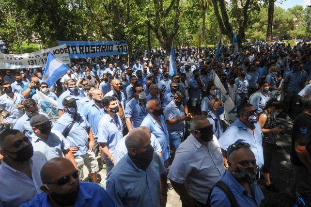 Colectiveros en pie de lucha. Los manifestantes protestaron frente a la Intendencia y Gobernación