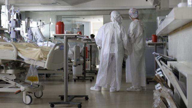 En la sala grupal del tercer piso de la UTI Covid del sanatorio Parque solo los pacientes duermen mientra el personal vive en un clima vertiginoso y cargado de dramatismo.