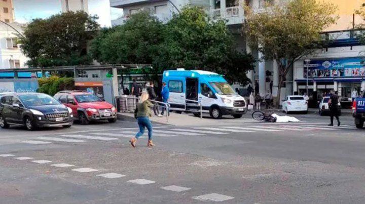 Una ciclista murió en avenida Alberdi tras ser atropellada por un colectivo