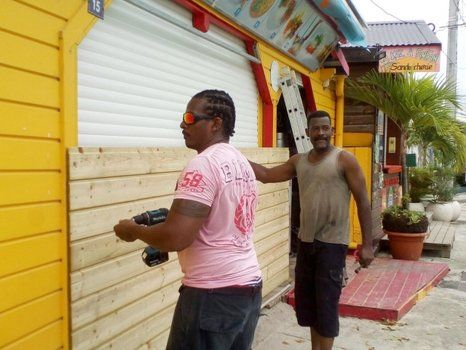 precauciones. Dos habitantes de la isla de Guadalupe sellan una abertura con madera machimbre.