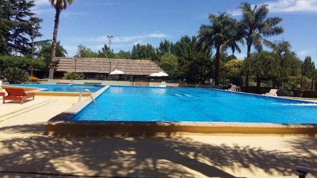 La pileta de Sportivo.  En temporada de verano, las familias de Alvarez y de zonas cercanas disfrutan de las instalaciones.