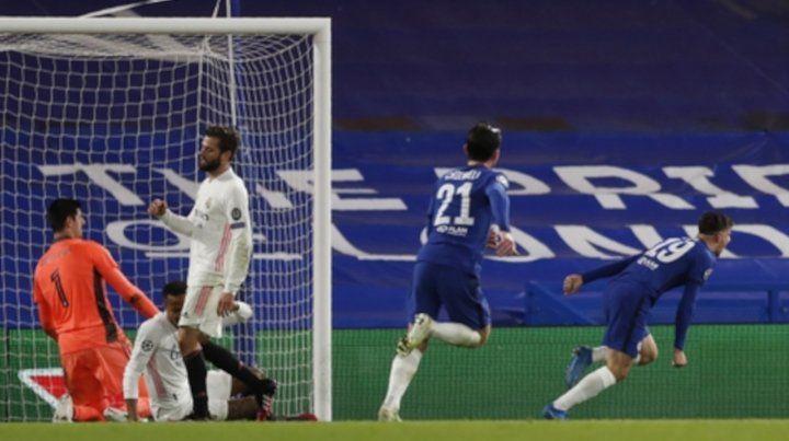 Mason Mount corre a celebrar su gol, segundo del Chelsea al Real Madrid, que abrochó el pase a la final de la Cahmpions.