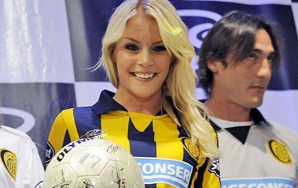La infartante modelo sueca Alejandra Larsson presentó la nueva indumentaria canalla.