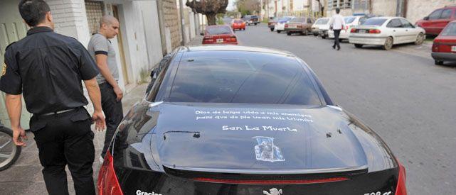 """El Peugeot 308 de """"El gordo Santiago"""" tenía una calcomanía de San La Muerte y una llamativa leyenda en la tapa del baúl."""