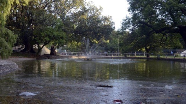 colaboración. El lago se limpia todos los días