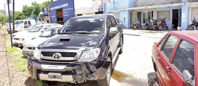 La Toyota Hilux que los ladrones robaron de Colombia al 900 y abandonaron al chocar cerca de allí.