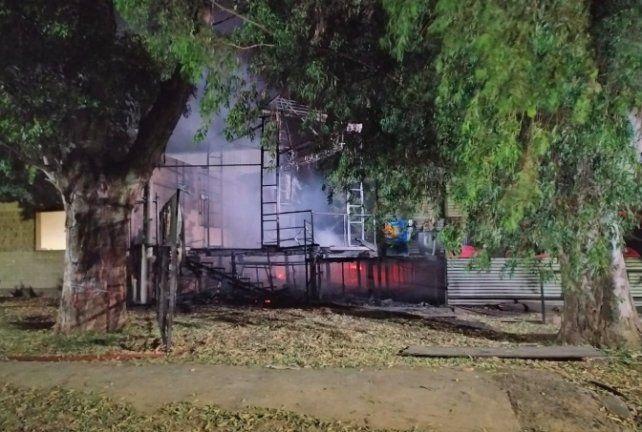 El boliche Punta Arenas de Capitán Bermúdez quedó destruido por un incendio
