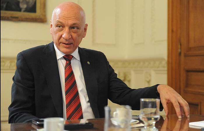 El gobernador fue consultado acerca del pago fuera de término a contratistas de algunas obras.