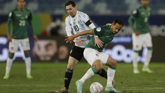Messi y el boliviano Leonel Justiniano luchan por el balón. Foto AP / Bruna Prado.