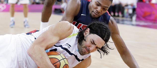 Por el piso. Luis Scola intenta quedarse con el control de la pelota frente a la marca de Kevin Durant.