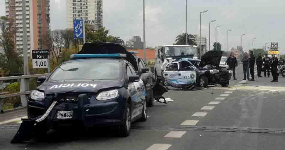 La Ford Transit embistió desde atrás a los patrulleros en el kilómetro 1 de la autopista Perito Moreno.
