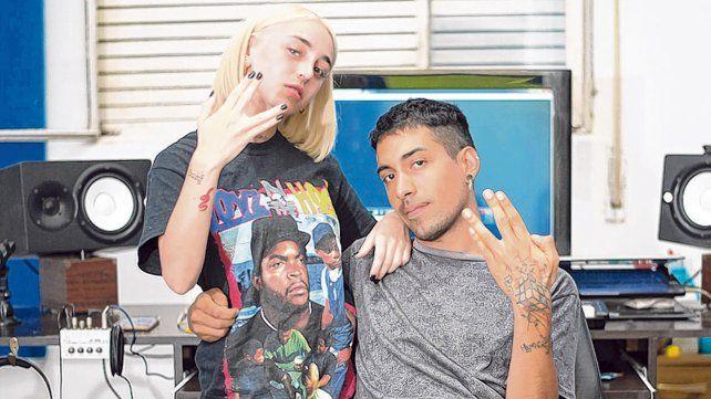 en el estudio. Nicki Nicole junto al productor Gonzalo Ferreyra en los estudios donde grabó sus hits internacionales.