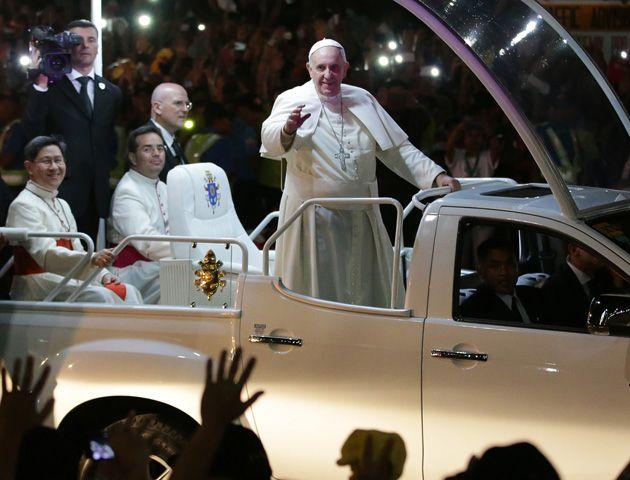 Francisco saluda a la multitud en Manila