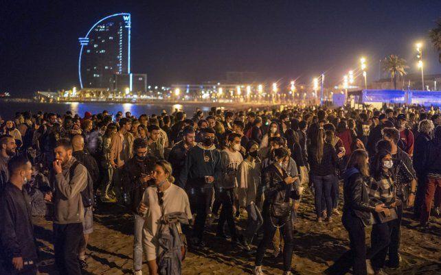 Miles de residentes de Barcelona reunidos en la playa