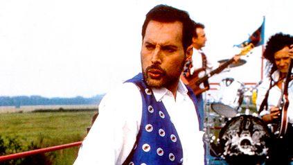 Freddie Mercury con Queen a pleno en el video clip de Breakthru del disco Miracle.