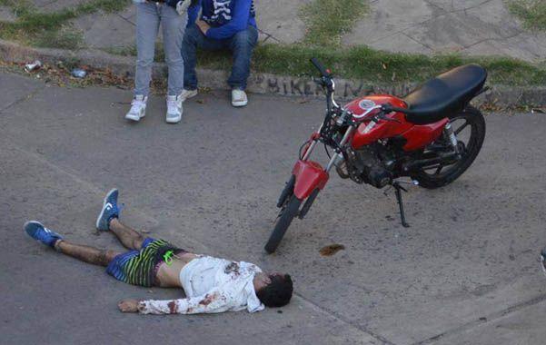 Tras los golpes. David Moreira quedó tendido en el pavimento hasta la llegada de una ambulancia del Sies.