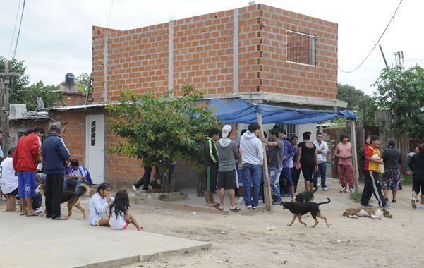 Dolor. La barriada ayer se runió alrededor de la casa de Darío Elvio Benítez para darle la última despedida. (foto: Sergio Toriggino)