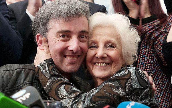 Abrazo infinito. Guido y Estela; nieto y abuela se encontraron después de 36 años de búsqueda.