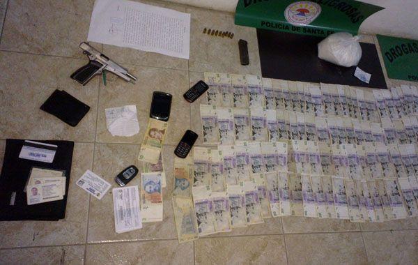Elementos que la policía dijo haber secuestrado a Ascaíni el 8 de mayo pasado. Entre ellos está la bolsa de cocaína que