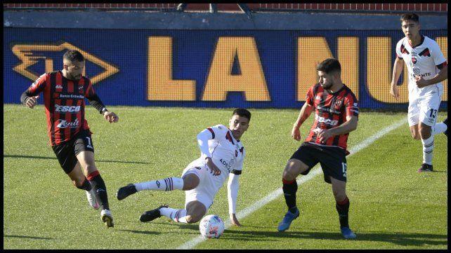 Nico Castro disputa la pelota entre Héctor Canteros y Brian Nievas.
