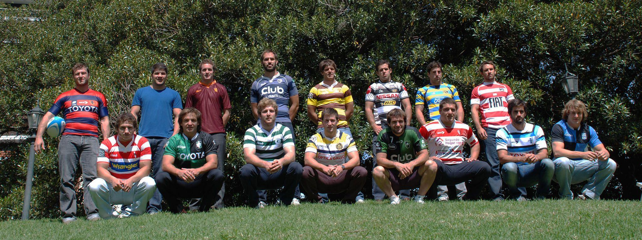 Dieciséis ilusiones. Los capitanes de los equipos participantes posan para la foto oficial.