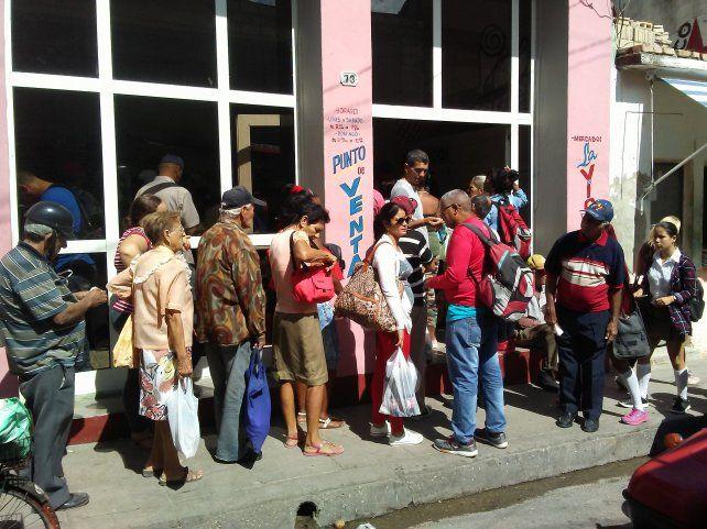 Filas para hacerse de alimentos básicos en La Habana.
