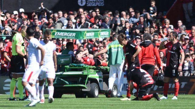 Se agarra la cabeza. El Gato sufre la salida prematura del partido por una lesión en la rodilla derecha.