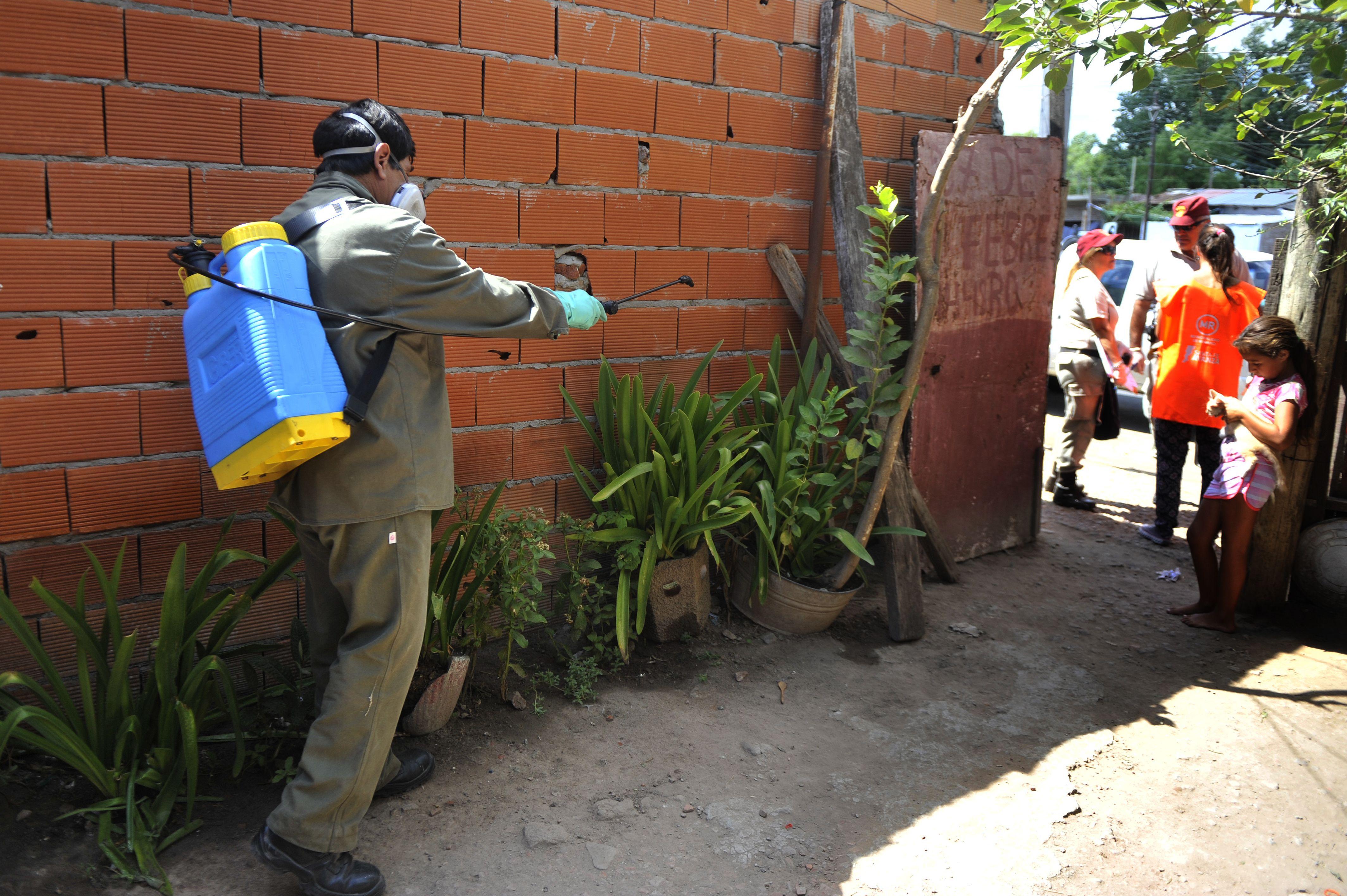 Ni bien se supo que había un caso sospechoso de zica se realizaron las tareas de bloqueo en el barrio donde vive el paciente.