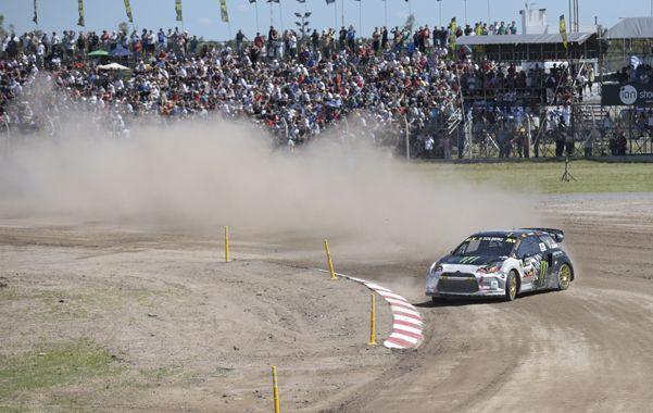 Mucha tierra. Solberg se floreó en su manga. Luego se postergó todo debido a la gran polvareda que levantaban los autos.