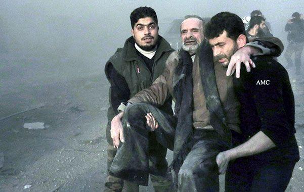 Sin fin. Civiles evacuan a un anciano herido ayer por las bombas de Assad en la ciudad de Aleppo.