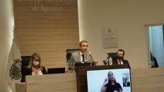 El intendente Pablo Javkin, ayer, flanqueado por la presidenta del Concejo, María Eugenia Schmuck, y el vicepresidente, Roy López Molina.