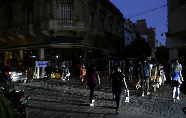 un cierre de jornada diferente. La interrupción del servicio se produjo justo al anochecer y cuando miles de rosarinos volvían ayer a sus hogares. (Silvina Salinas / La Capital)