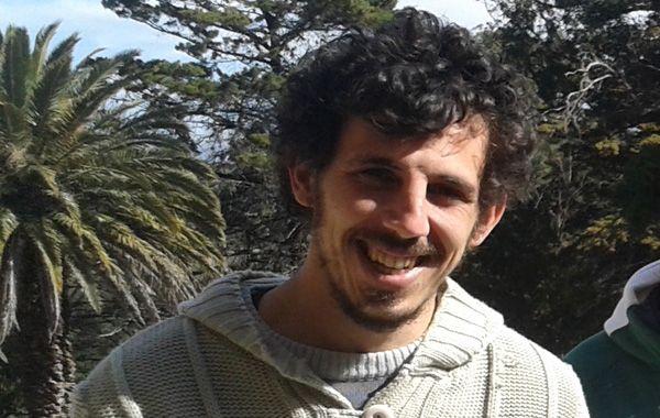 Germán Esteban Piñeiro vestía jogging azul y remera verde con inscripciones en rojo.