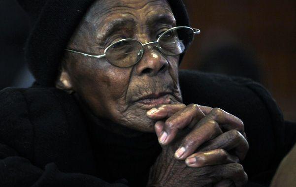 """Dolor popular. Una anciana reza en una iglesia católica de Soweto. La sociedad sudafricana ama a """"Madiba""""."""