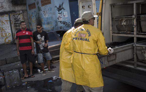 Un policía carioca retira uno de los cuerpos en la favela Nova Holanda.