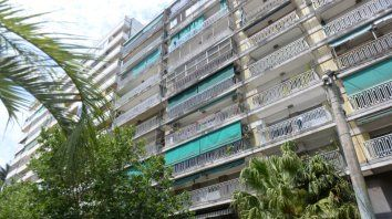 La situación de violencia ocurrió en un departamento del 8º piso del edificio ubicado en bulevar Oroño 1187. Hace tiempo que los vecinos escuchaban gritos y discusiones.