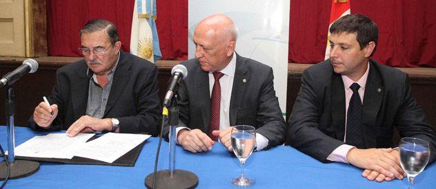 Rúbricas. El intendente González firmó el acuerdo junto al gobernador Bonfatti y el secretario de Hábitat